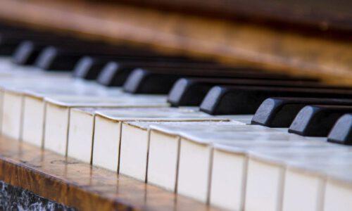 Klaviertasten Mit Zerschlissenen Tastenbelägen