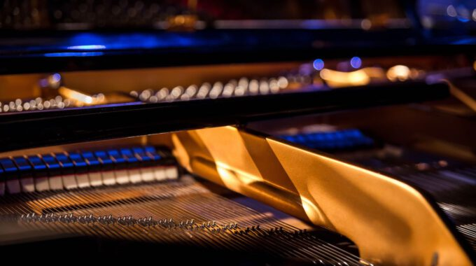 Mechanik Eines Konzertflügels In Blauem Licht
