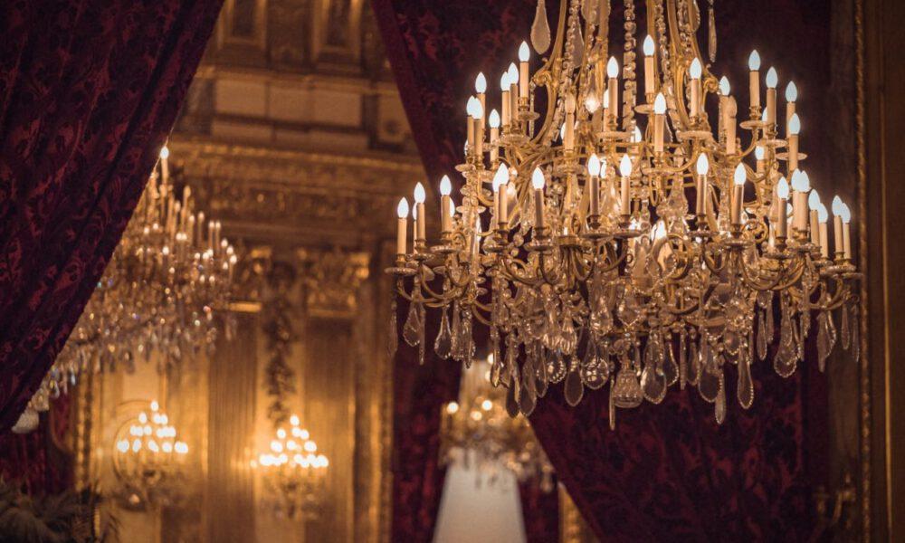 Kronleuchter Und Schwere, Rote Vorhänge Im Pariser Louvre