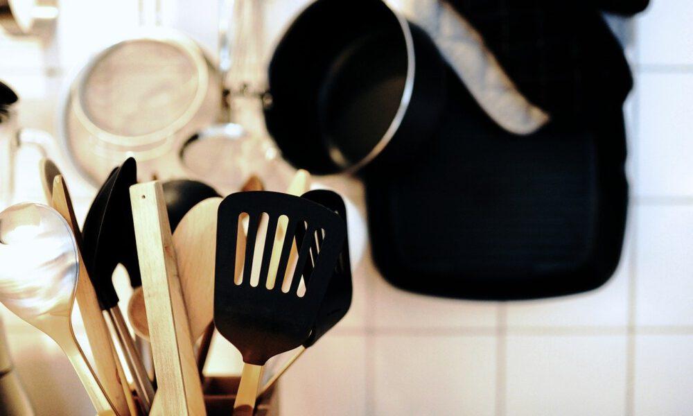 Küchenutensilien: Kochlöffel Und Pfannenwender
