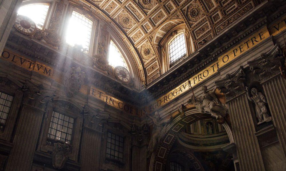 Lichteinfall In Einer Seitenkapelle Des Petersdoms