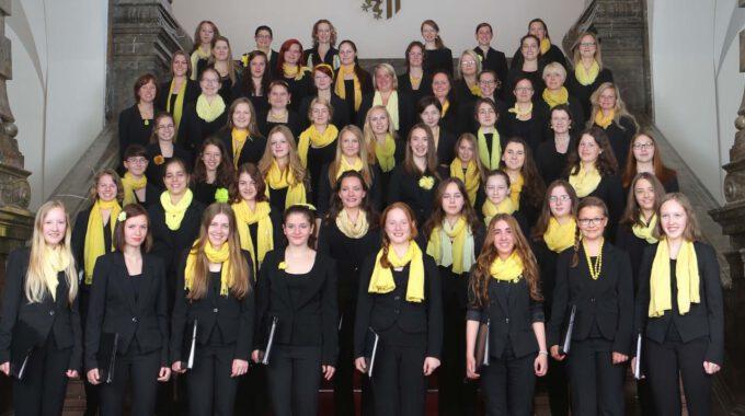Mädchenchor Und Ensemble Auf Der Freitreppe Des Neuen Rathauses
