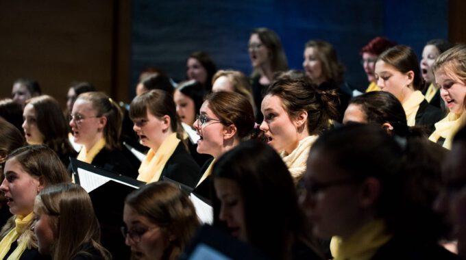 Mädchen- Und Frauenchor Während Eines Konzertes Im Museum Der Bildenden Künste