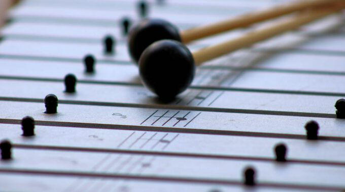 Metallophon Mit Notennamen Und Zwei Schlägeln