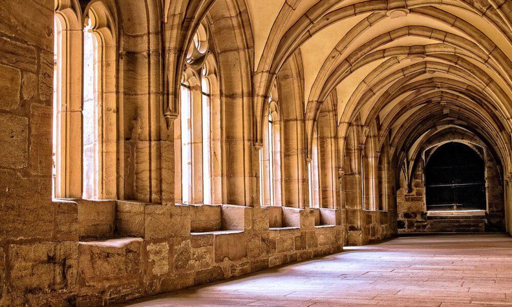 Mittelalterlicher Kreuzgang Im Nachmittagslicht