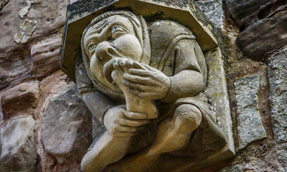 Mittelalterlicher Wasserspeier, Der Sich Den Großen Zeh In Den Mund Steckt
