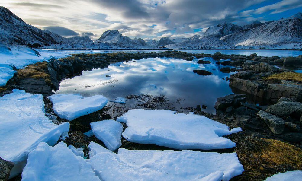 Norwegischer Fjord Im Winter - Im Hintergrund Berge