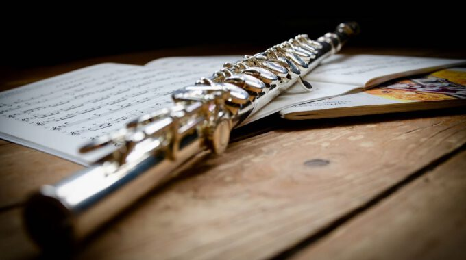 Querflöte Mit Verschiedenen Flötenschulen Auf Hölzernem Grund