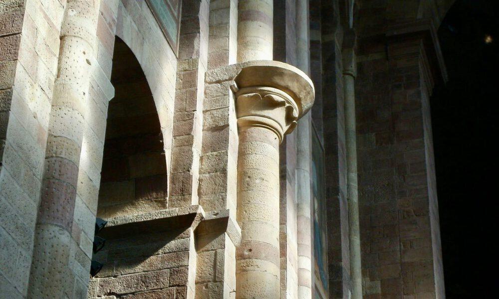 Romanische Säulenkapitelle Im Dom Zu Speyer