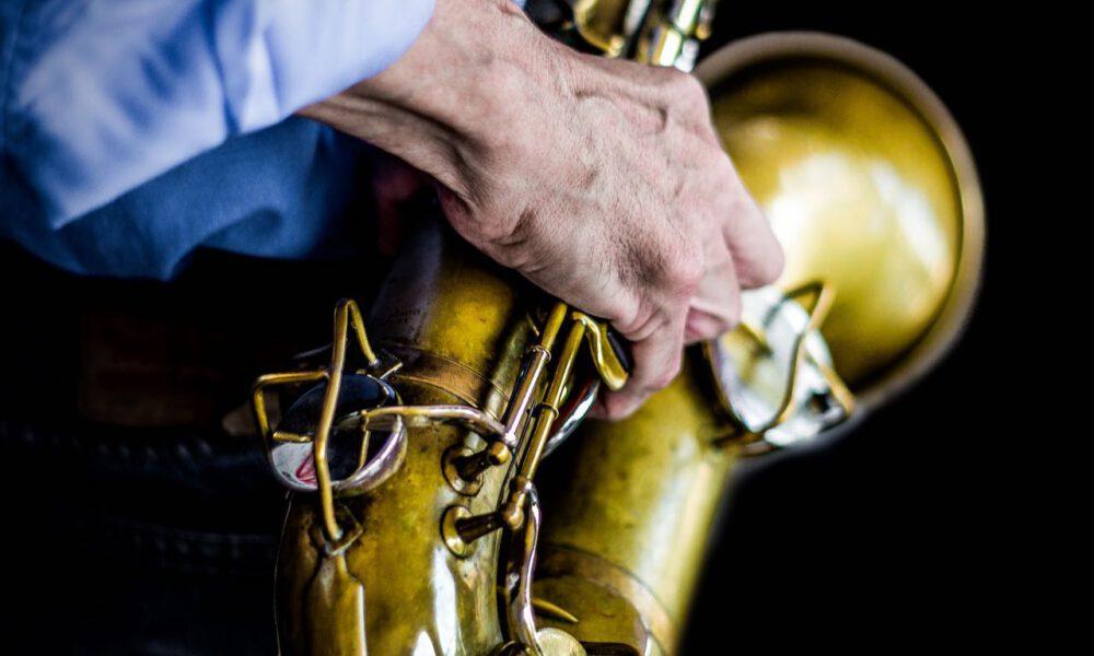 Ein Musiker Spielt Saxophon