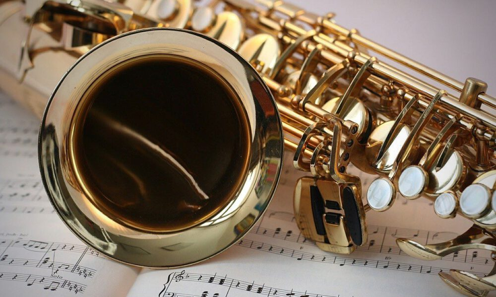 Detailaufnahme Eines Saxophons Auf Einem Notenblatt