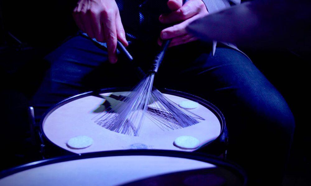 Ein Musiker Spielt Schlagzeug