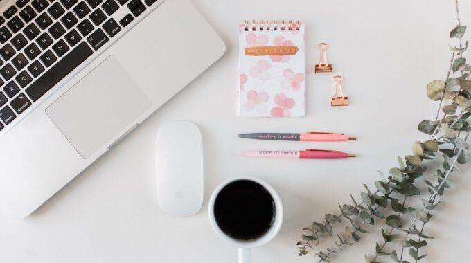 Schreibtisch Mit Laptop Und Kaffeetasse