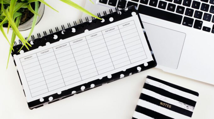 Schreibtisch Mit Laptop Und Kalender