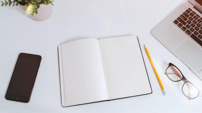 Schreibtisch Mit Laptop Und Notizbuch
