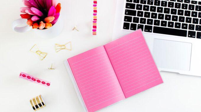 Schreibtisch Mit Laptop Und Rosa Notizblock