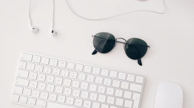 Schreibtisch Mit Tastatur Und Sonnenbrille
