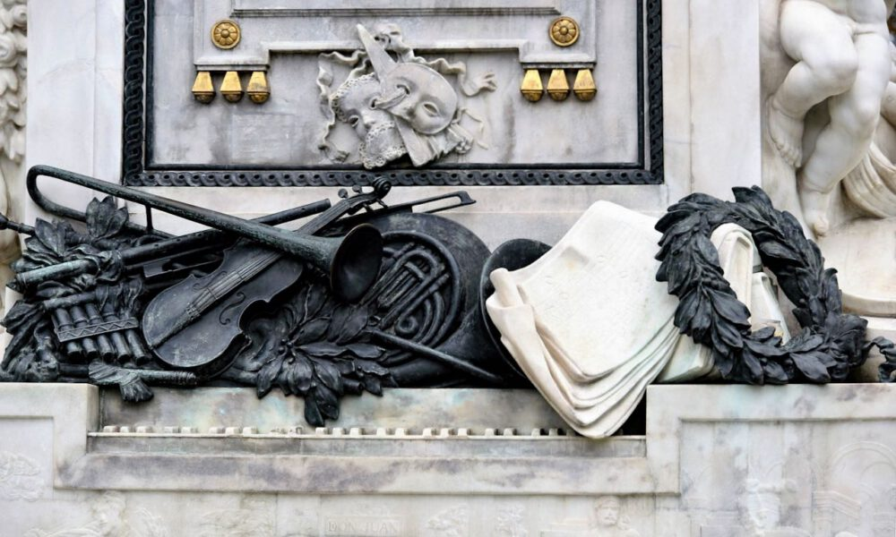 Sockel Des Mozart-Denkmals Wien Mit Instrumenten