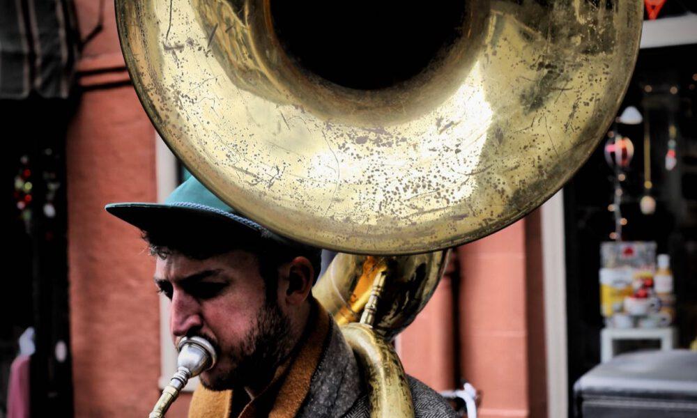 Ein Musiker Spielt Sousaphon