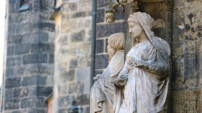 Verwitterte Steinskulpturen An Der Thomaskirche Leipzig