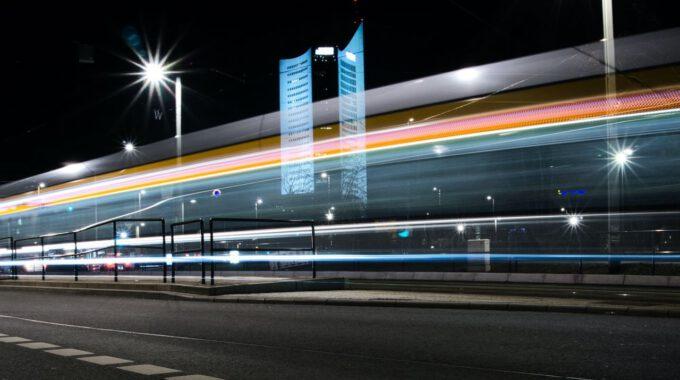 Straßenbahn Und Uniriese In Leipzig Bei Nacht