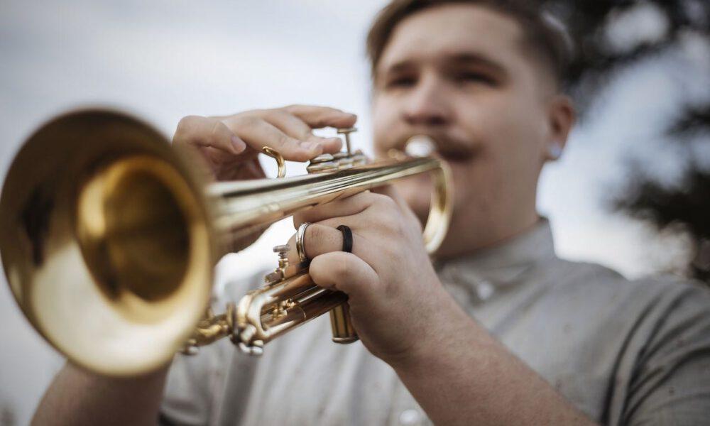 Ein Musiker Spielt Trompete