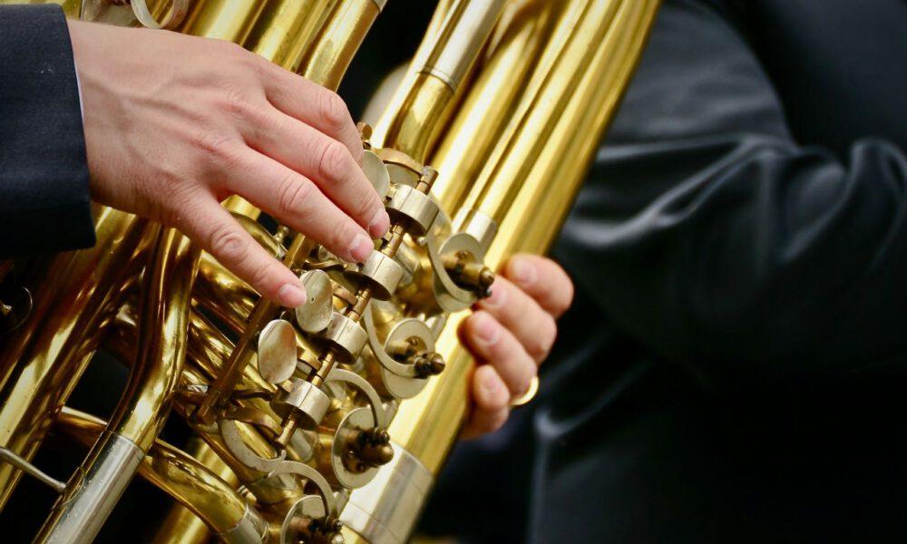 Ein Musiker Spielt Tuba