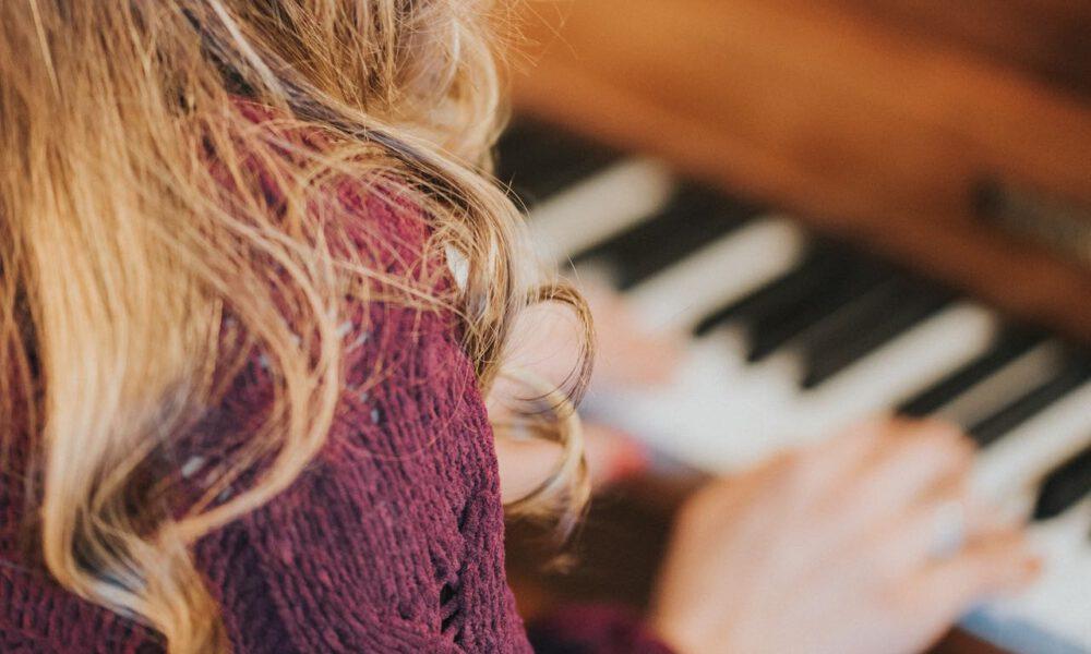 Ein Mädchen Erhält Klavierunterricht