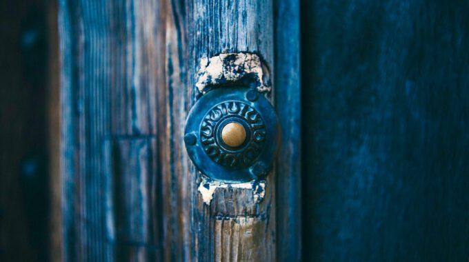 Verwitterte Tür Mit Alter Klingel