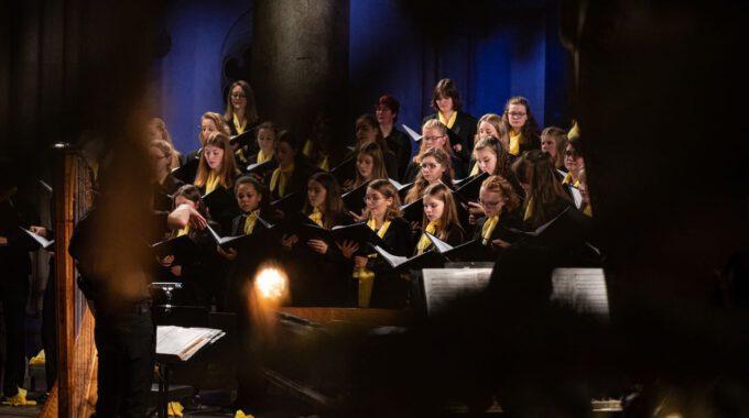 Traditionelles Weihnachtsliedersingen Von Mädchen- Und Frauenchor In Der Stimmungsvoll Erleuchteten Leipziger Peterskirche