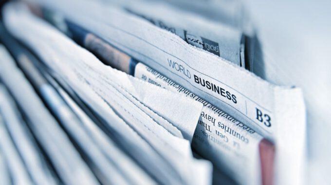Zeitungsseiten In Einem Kiosk