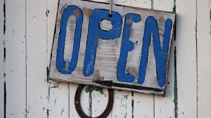 """Weiße Alte Holztür Mit Dem Schild """"open"""""""