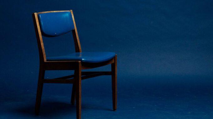 Leerer Stuhl Vor Blauem Hintergrund
