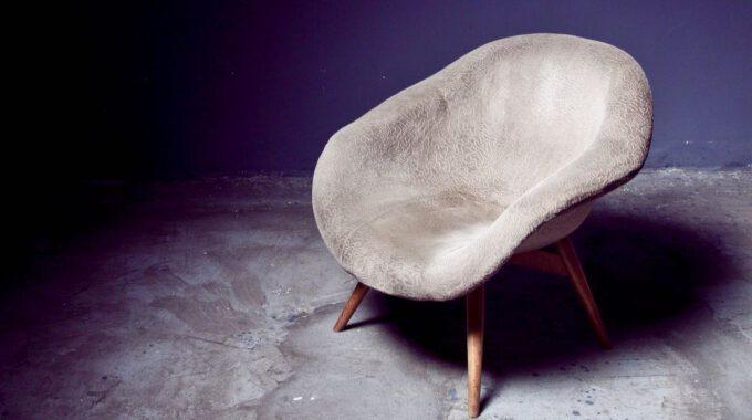 Leerer Und Abgenutzter Sessel Vor Blauer Wand