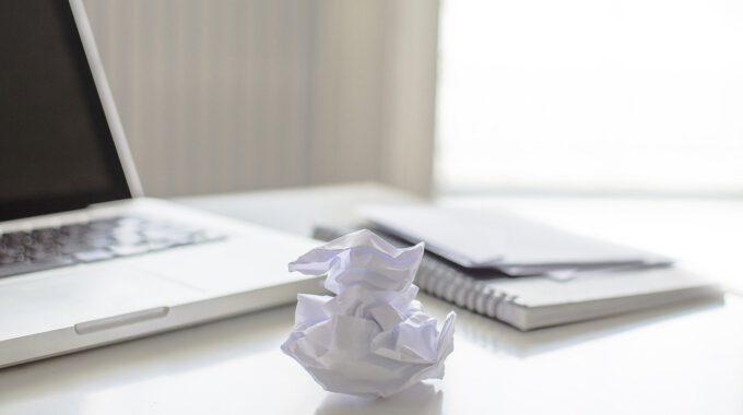 Schreibtisch Mit Zerknülltem Blatt Papier